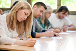 Volwassen cursisten volgen klassikaal onderwijs bij de post-HBO opleiding Bedrijfskunde.